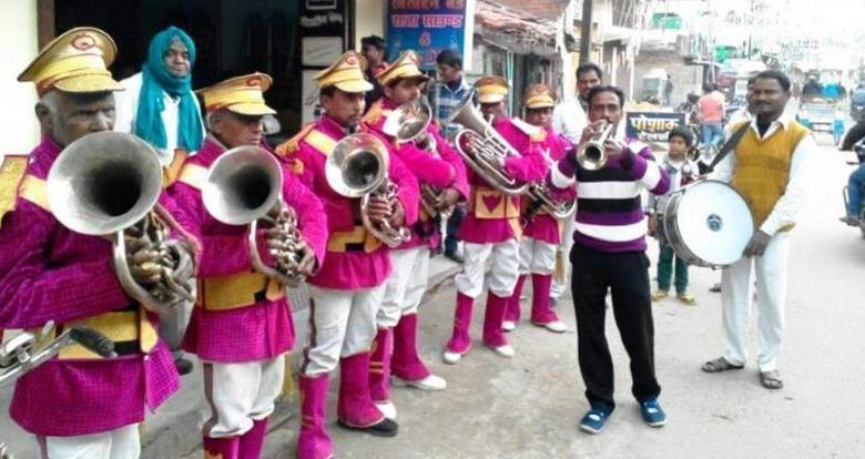 Photo of संगीत के साजो-समान बेच घर की गृहस्थी चला रहे ' बैंड मास्टर '