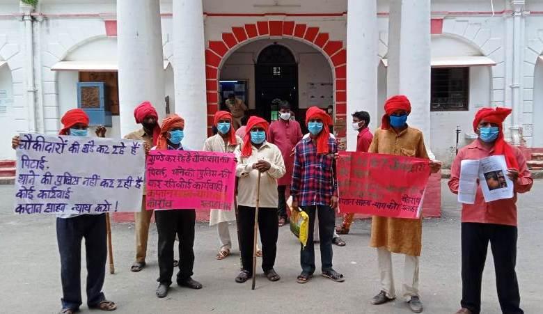 Photo of प्रयागराज में जानलेवा हमले के खिलाफ ग्राम चौकीदारों का प्रदर्शन