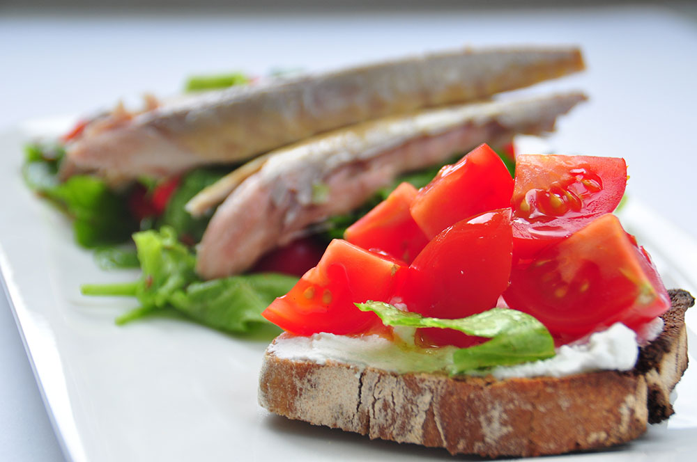 WHOLE-GRAIN-COTTAGE-CHEESE-SANDWICH-WITH-MACKEREL-ON-VEGGIES-1