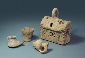 The lantern, together with an oil lamp and two clay vessels recovered from the site. Image: IAA