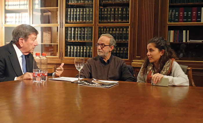 Antonio Gallardo (left), Sebastián Celestino Pérez (centre), and Esther Rodríguez González (right) around table, conversing