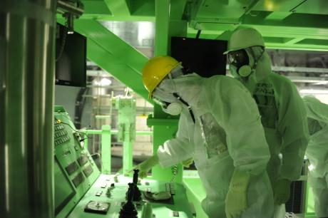 Checking a crane at Fukushima Daiichi 4, November 2013 (Tepco) 460x306