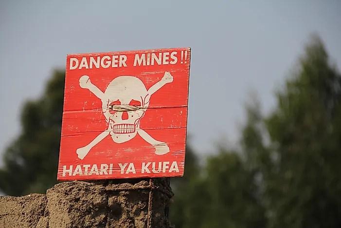 Uma placa adverte sobre minas terrestres na República Democrática do Congo.