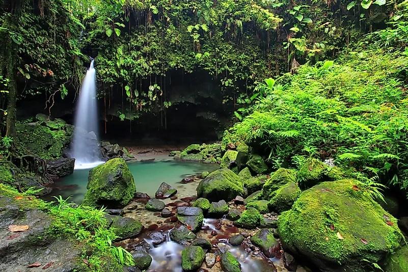 Uma cachoeira na Dominica.