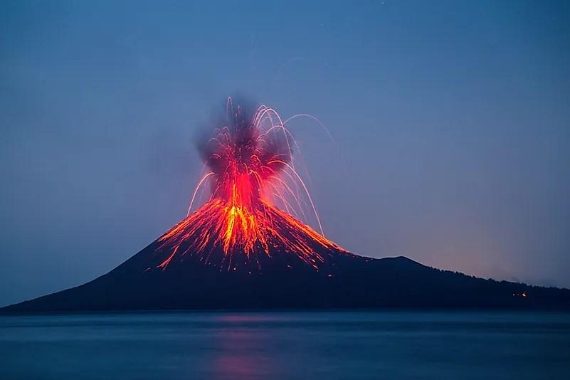 Erupção dos vulcões da Indonésia Anak Krakatau.