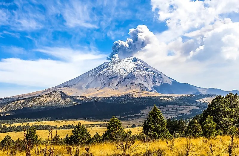 Vulcão Popocatepetl ativo no México.