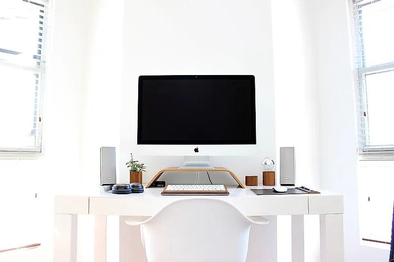 Uma cadeira e uma mesa são os requisitos básicos para trabalhar em casa. Crédito da imagem: Pexels por Pixabay