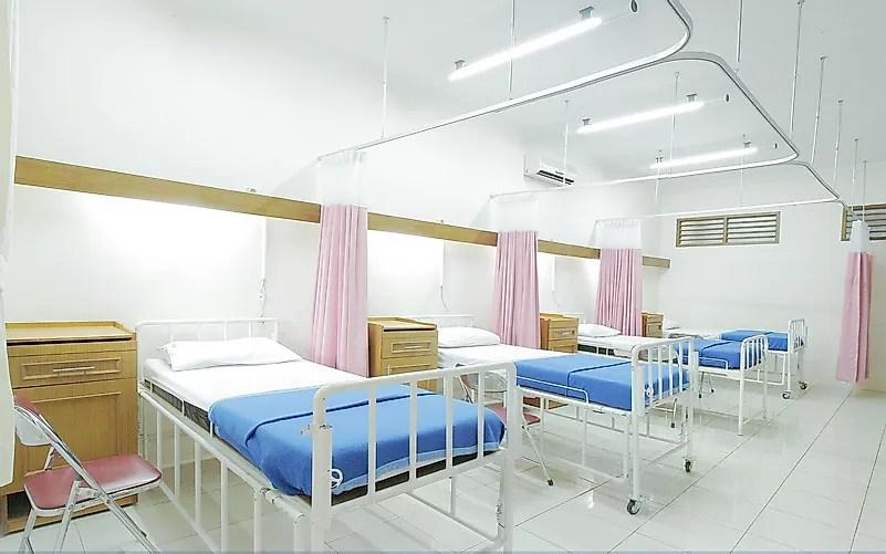 Não sobrecarregue o sistema hospitalar.  Foto de Adhy Savala em Unsplash