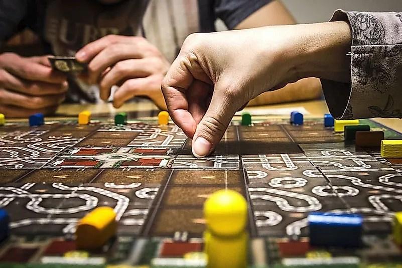 Jogar jogos de tabuleiro é uma ótima maneira de passar tempo com a família.  Crédito da imagem: www.wallpaperflare.com