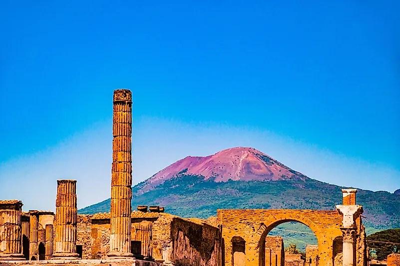 O famoso site de antiguidades de Pompéia, perto de Nápoles.  Foi completamente destruído pela erupção do Monte Vesúvio.