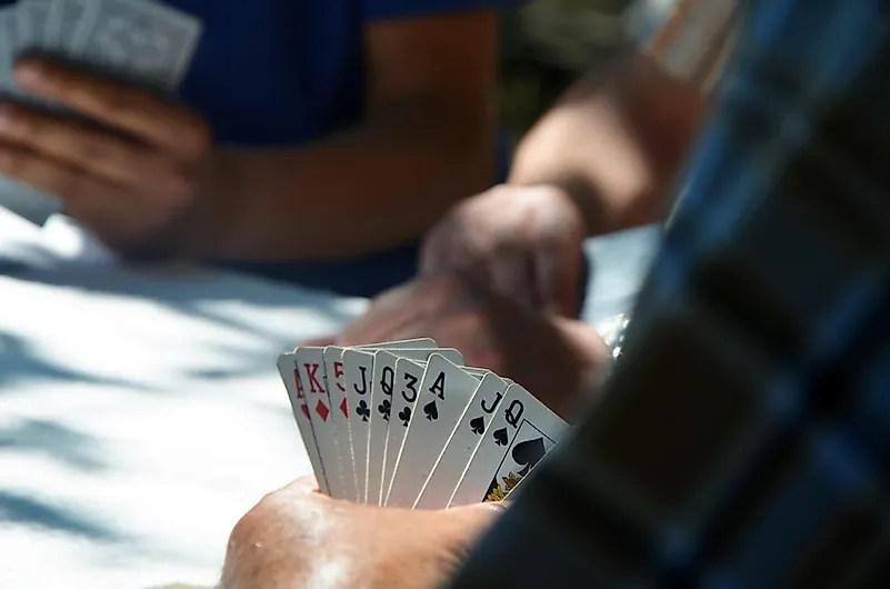 Jogar cartas com parentes é uma maneira divertida de se manter ocupado.