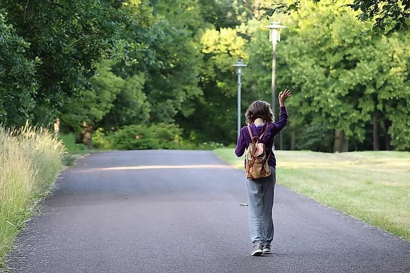 Caminhar é uma ótima maneira de respirar ar fresco, mas a distância social deve ser mantida enquanto estiver fora.  Crédito da imagem: Sabine Löwenberger por Pixabay