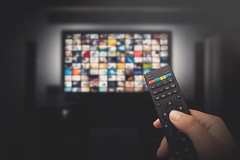 Como você passará muito tempo em ambientes fechados, é um bom momento para começar a assistir compulsivamente todos os programas de TV que você já ouviu falar.