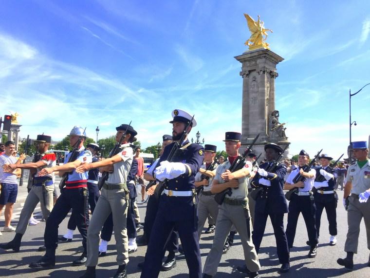 Parada wojskowa na Dzień Niepodległości Francji na Moście Aleksandra III
