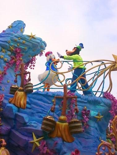 Kaczor Donald i Goofy na paradzie w Disneylandzie