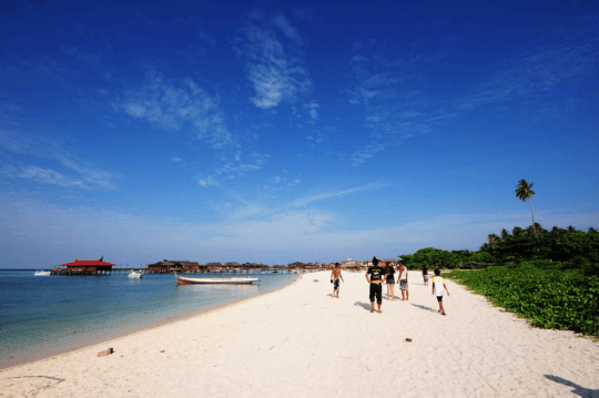 Locals enjoying the pristine sand of Pulau Mabul. Image: http://www.projectaware.org/blog/scuba-junkie/oct-07-11/mabul-marine-week-2011a-job-well-done