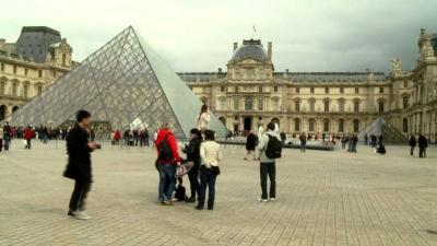 At many traveller spots in Paris like theLourve, tourists are during risk of beingpickpocketed.