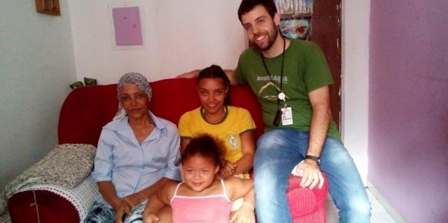 Raimunda with her family and Dr. Rodrigo D'Aurea