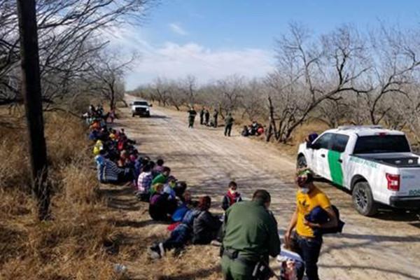 Agentes de la Patrulla Fronteriza detienen a un grupo de 107 inmigrantes