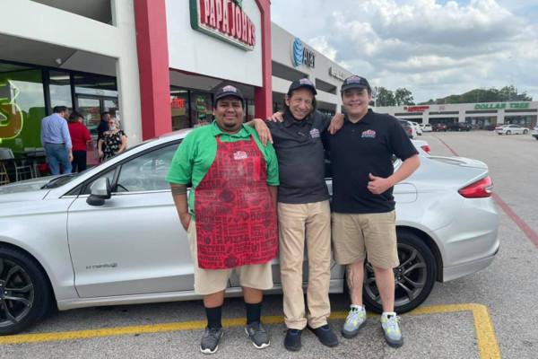 Repartidor de pizzas recibe de regaló un auto nuevo después de perder uno viejo en un incendio durante un intento de robo