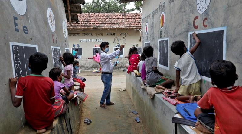 En una remota aldea india, un maestro convierte las paredes en pizarrones para cerrar la brecha escolar