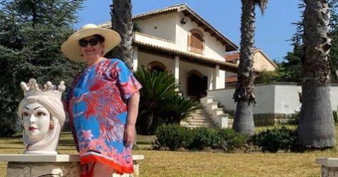 Bellanova fa festa e posta una foto davanti a una grande villa ...
