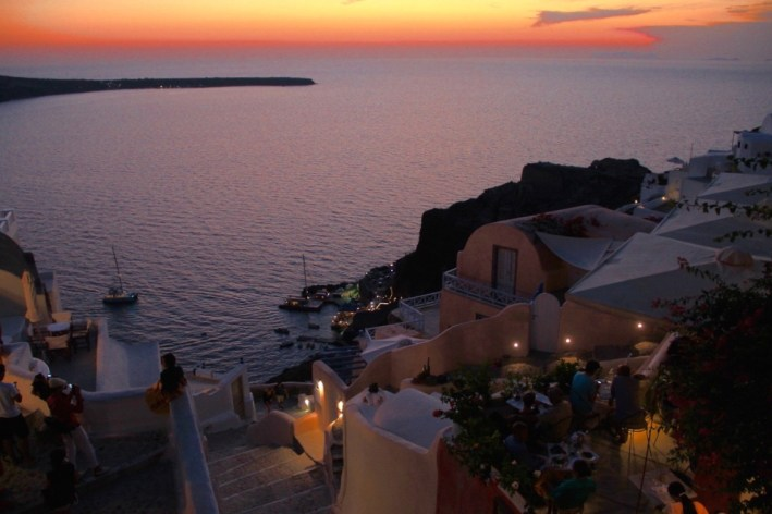 To Ammoudi Bay