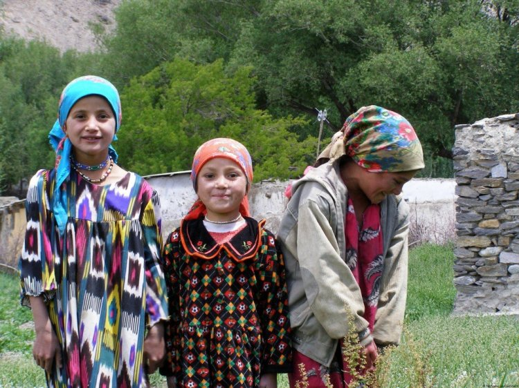 Tajikistan travel photos - children in the Wakhan Valley