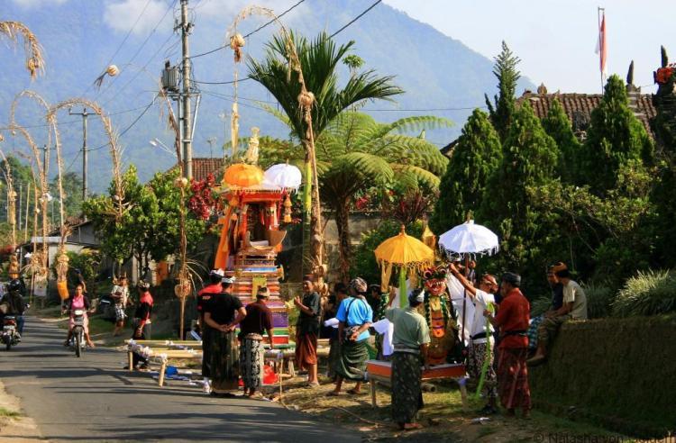 funeral-procession-in-jatiluwah-bali-web