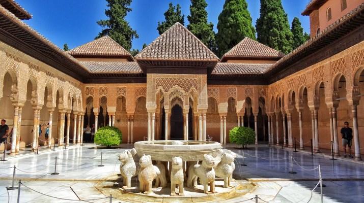 https://i1.wp.com/www.worldwanderista.com/wp-content/uploads/2014/10/Alhambra-Patio-de-los-Leones-4.jpg?resize=715%2C400&ssl=1