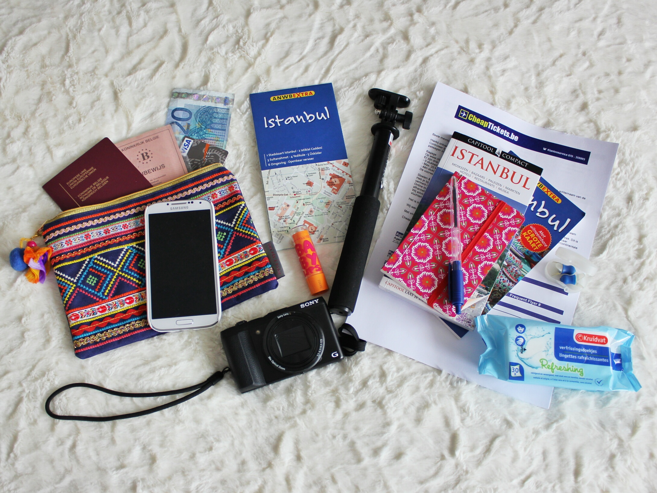 Case Design phone credit card case : What I pack as hand luggage - WORLD WANDERISTA