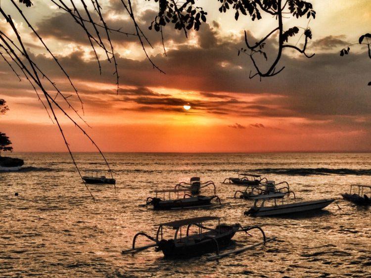 zonsondergang mushroom bay Nusa Lembongan