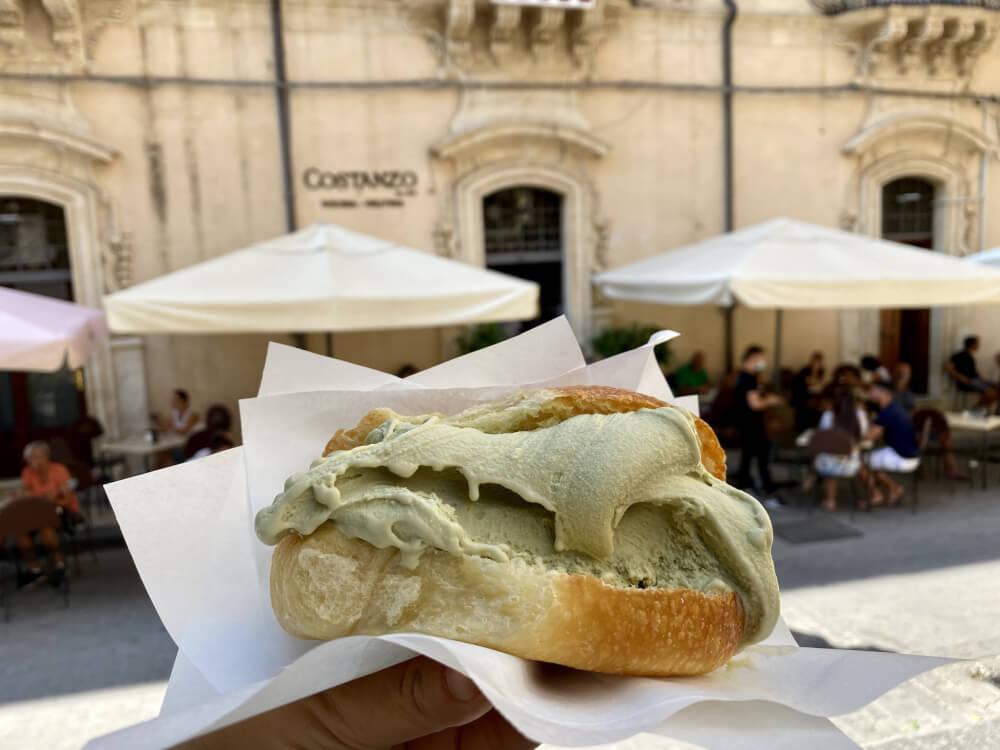 Brioche con gelato Sicilië