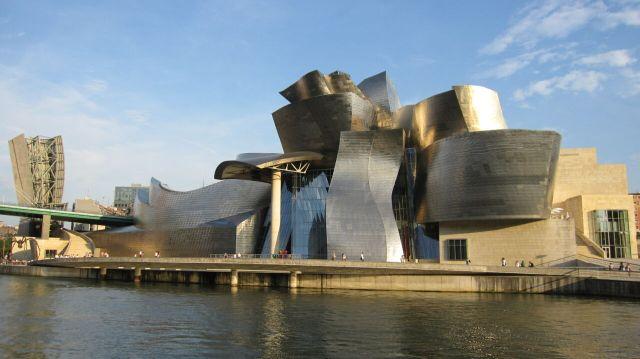 Près du fleuve, le musée attire toute la lumière.