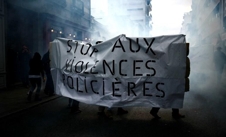 31 Mars 2016: Pour faire face aux violences, des bannières renforcées seront mises en place, à l'avant du cortège.© Jérémie Verchere/Wostok Press