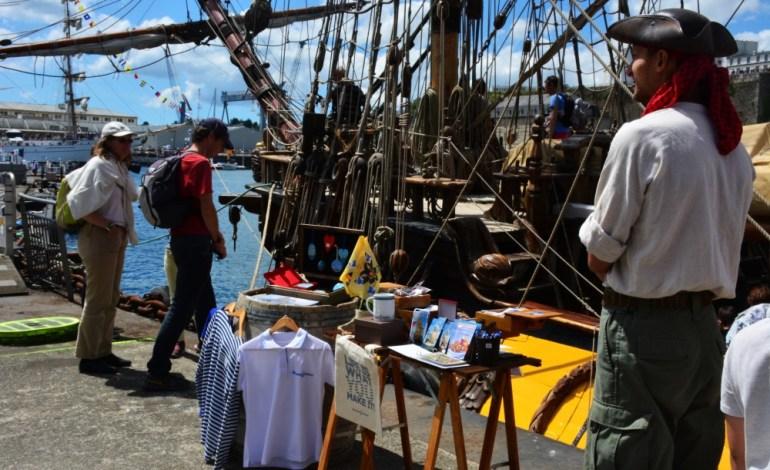 Les points de vente pour acheter des souvenirs sont légion. Ici, un commerçant vend des tee-shirts devant le navire russe Shtandart © Cyrill Roy