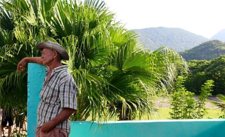Mil Cumbres est un refuge à la cubaine. Ici tout est authentique. Un havre de paix qui invite à la contemplation. Comme ce Cubain à l'allure de cowboy qui s'improvise gardien du refuge en prenant le temps d'admirer la nature luxuriante qui l'entoure. Le guide raconte que Fidel avait pour habitude de passer ses vacances ici pour s'isoler. © Lucie Martin/Worldzine