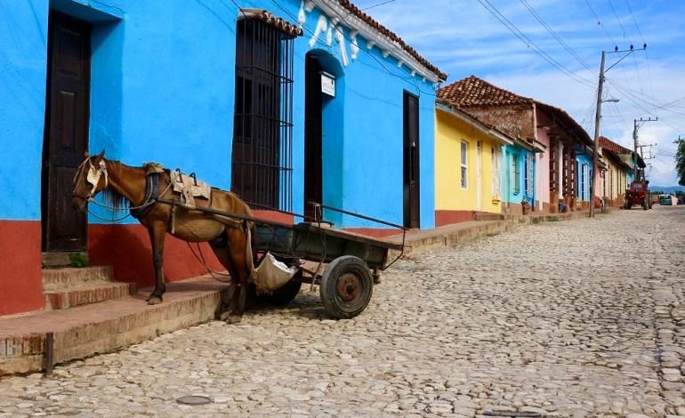 La ville de Trinidad est inscrite au patrimoine de l'UNESCO depuis 1988. C'est une véritable ville musée au charme colonial entre les maisons de couleur pastel et fer forgé, les toits couverts de tuiles rouges, les vieilles voitures américaines, les calèches, la musique au coin des rues. © Lucie Martin/Worldzine