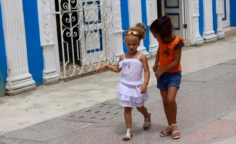 Ces deux fillettes se promènent seules dans les rues de Sancti Spiritus. La ville est située au centre de l'île à mi-chemin entre l'Oriente et l'Occidente. © Lucie Martin/Worldzine