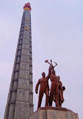 Tour du Juche à Pyongyang, symbole de l'idéologiecommuniste nord-coréenne.