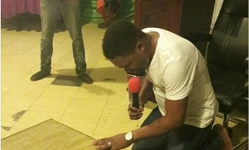 Photo of Brain wash!!! Prophet prays for recharge card from Heaven into members phones [Photo]