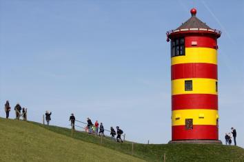 Am Pilsumer Leuchtturm ist man selten allein. Foto: Björn Othlinghaus