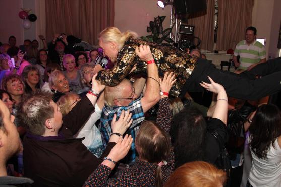 Da die Fotografen seinen Sprung von der Bühne noch nicht richtig eingefangen hatten, musste Christian Anders nochmal ran. Foto: Björn Othlinghaus