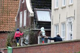 Über die Hafenmauer ballancieren macht Spaß. Foto: Björn Othlinghaus