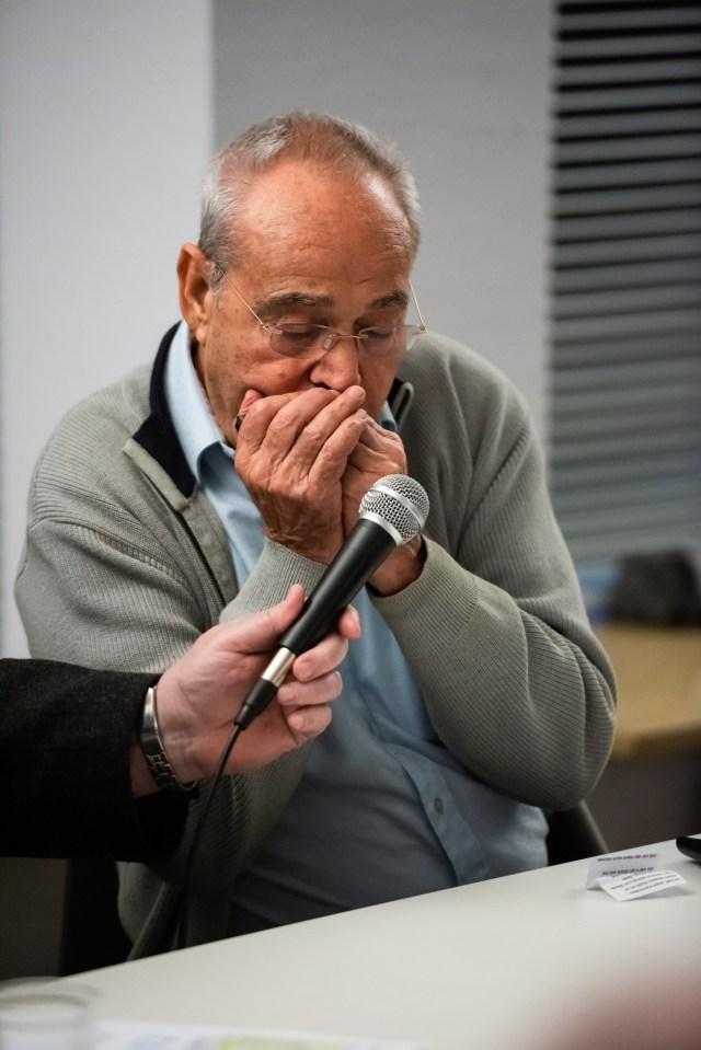 Zvi Cohen spielt auf seiner Mundharmonika. (Foto: Clemens Hess)