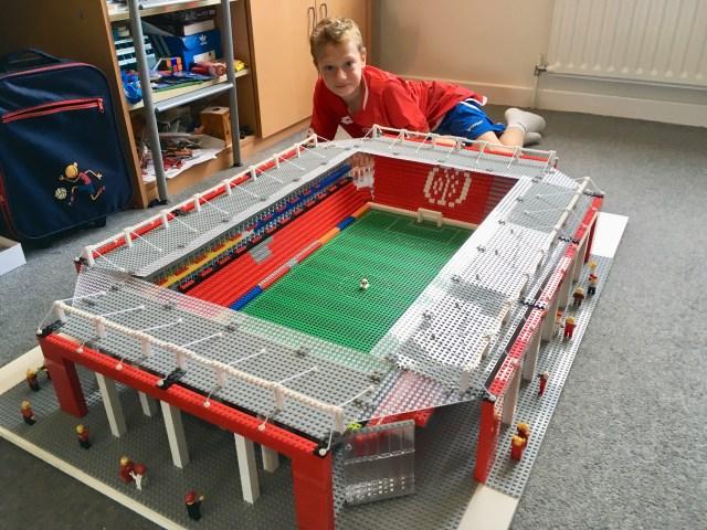Joe mit seinem Lego-Stadion. (Foto: privat)