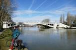 Blauer Himmel, bestes Frühlingswetter. Nach wenigen Metern durch die Innenstadt von Reading folgen wir, wie schon so oft, der Themse.