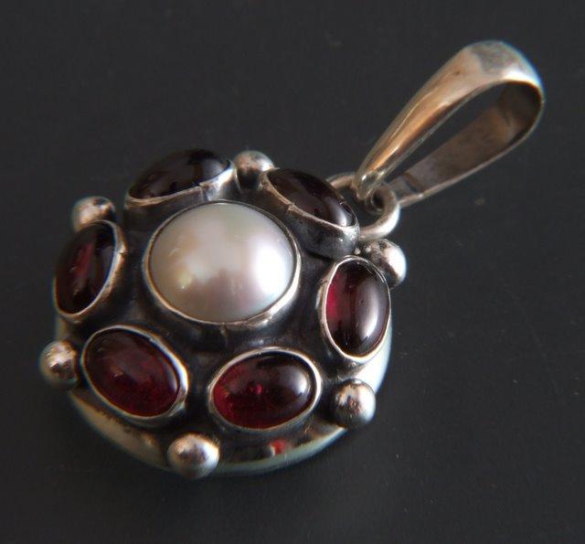 Srebrny wisior Retro z kamieniami naturalnymi i perłą