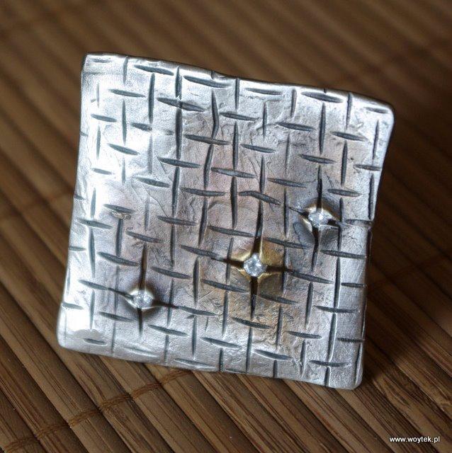 Srebrny broszko-wisior Wyrwa z 3 cyrkoniami