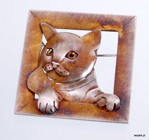 Srebrna broszka oksydowana Kot w Okienku